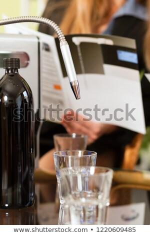 Modernes alcool robinet deux verres femme d'affaires Photo stock © Kzenon