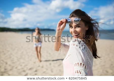 Gyönyörű nő vízpart évek öreg tengerpart visel Stock fotó © dash