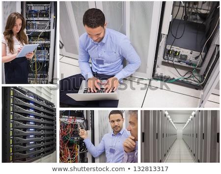 Man vergadering vloer met behulp van laptop controleren servers Stockfoto © wavebreak_media