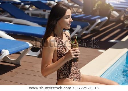 Stok fotoğraf: Neşeli · kadın · içme · kokteyller · yüzme · havuzu