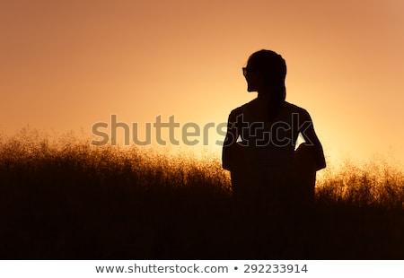 ストックフォト: 美しい · 気楽な · 女性 · フィールド · 幸せ · 屋外