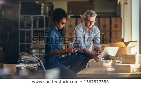 zakenvrouw · werken · bureau · magazijn · computer · vrouwen - stockfoto © choreograph
