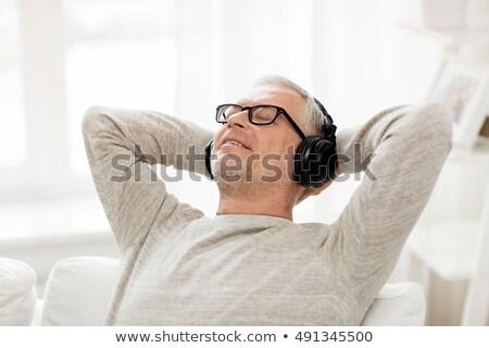 Senior Mann genießen Musik hören mP3-Player isoliert Stock foto © lisafx