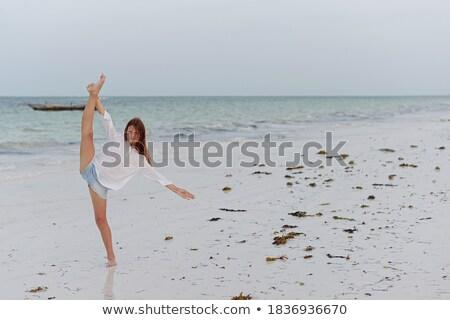 Fiatal lány előadás akrobatikus tengerpart gyerekek egészség Stock fotó © Massonforstock