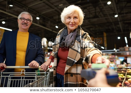 mujer · pie · alimentos · orgánicos · tienda · mujer · sonriente · sonriendo - foto stock © boggy