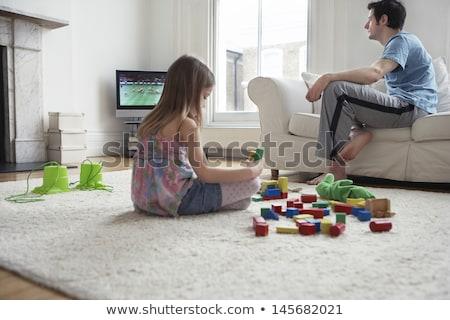 Twee jonge kinderen woonkamer flatscreen televisie Stockfoto © Lopolo