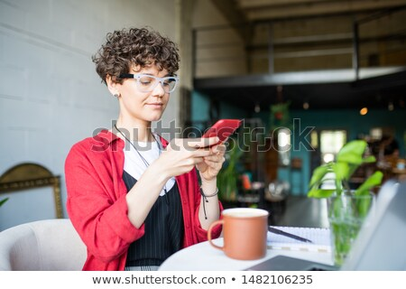 Csinos fiatal üzletasszony okostelefon elvesz fotó Stock fotó © pressmaster