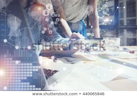 Zakenvrouw werken tablet nieuwe idee netwerk Stockfoto © ra2studio