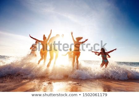 Sylwetki ludzi uruchomiony plaży panoramiczny widoku Zdjęcia stock © Bananna