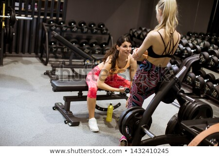Aantrekkelijk jonge gericht fitness biceps Stockfoto © boggy