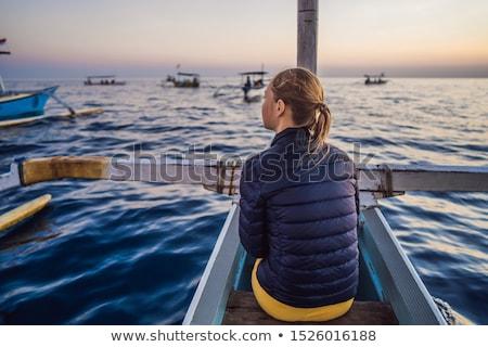 Jeune femme voyageur aube mer bateau femme Photo stock © galitskaya