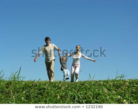 familia · hierba · cielo · azul · nubes · cielo · sonrisa - foto stock © Paha_L