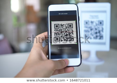 女性 qrコード スマートフォン 屋外 広告 看板 ストックフォト © stevanovicigor