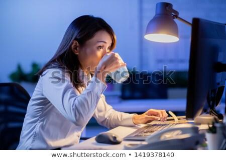 üzletasszony laptop éjszaka iroda üzletemberek határidő Stock fotó © dolgachov