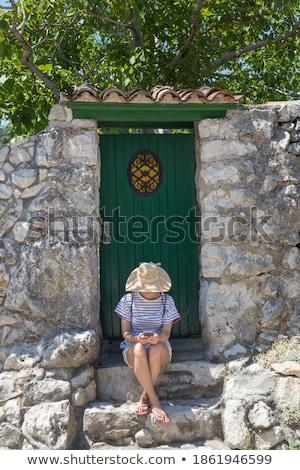 jeune · femme · séance · mur · de · pierre · été · bonheur · extérieur - photo stock © is2