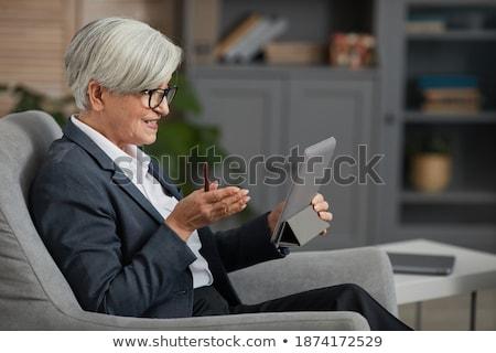 senior · zakenvrouw · computer · werken · kantoor · met · behulp · van · laptop - stockfoto © boggy