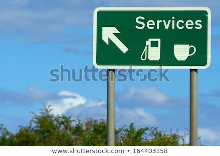 Britânico posto de gasolina placa sinalizadora céu estrada azul Foto stock © latent