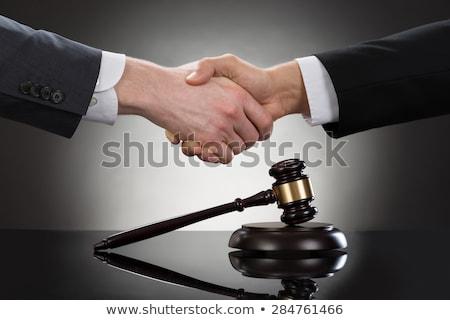 marteau · juge · client · serrer · la · main · table - photo stock © andreypopov