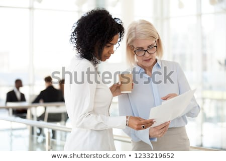 jonge · zakenlieden · senior · collega · permanente · kantoor - stockfoto © is2