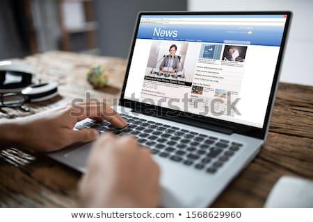 Zakenman online nieuws laptop hand bureau Stockfoto © AndreyPopov