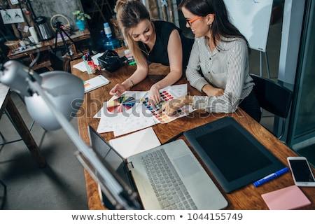 Twee jonge vrouwen interieur grafische ontwerper werken Stockfoto © Freedomz