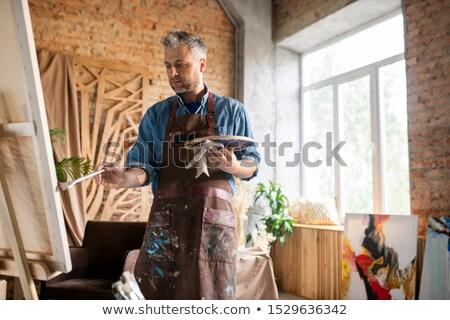 Schort naar schilderij schildersezel werken Stockfoto © pressmaster