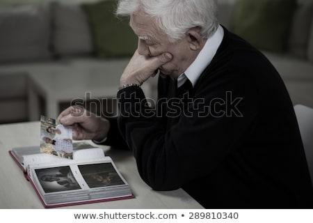 Szomorú idős férfi néz fényképalbum könyv Stock fotó © HighwayStarz