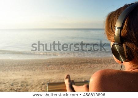 vrouw · strand · luisteren · naar · muziek · portret · mooie · vrouw - stockfoto © pablocalvog
