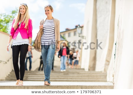 Foto d'archivio: Due · bella · giovani · donne · piedi · Praga · storico