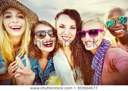 Foto stock: Grupo · sorridente · mulheres · jovens · potável · praia · férias · de · verão
