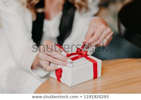 Foto stock: Feliz · mulher · presentes · belo · branco · árvore · de · natal