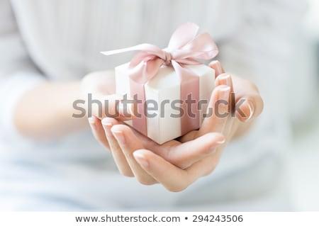 Güzel bir kadın hediye paket mutlu kadın yağmurluk Stok fotoğraf © krugloff