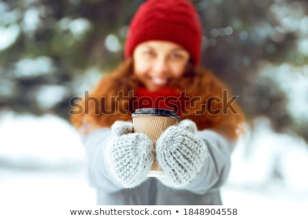 微笑 · 年輕女子 · 杯 · 冬天 · 森林 · 季節 - 商業照片 © nobilior