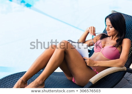 Mujer tumbona lectura revista nadar piscina Foto stock © deandrobot