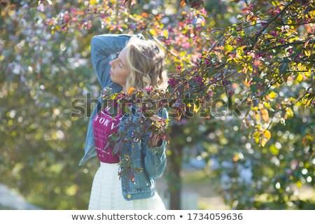 Charmant blond vrouw lopen boomgaard geurig Stockfoto © majdansky