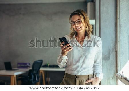 счастливым · деловой · женщины · чтение · sms · улыбаясь · за · пределами - Сток-фото © feedough