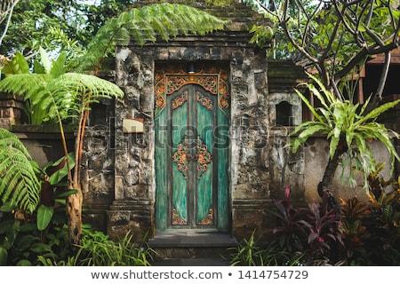 Fából · készült ajtó öreg templom indonézia bali