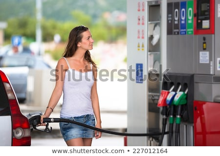 Atrakcyjna kobieta samochodu stacji benzynowej portret szczęśliwy Zdjęcia stock © ichiosea
