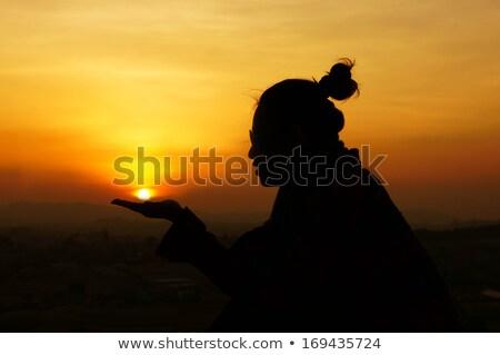 Jóvenes dar manos guardar sol planeta Foto stock © xuanhuongho