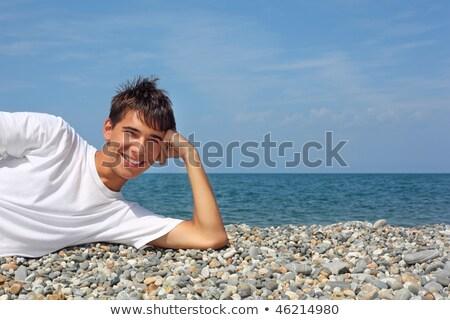Foto stock: Adolescente · menino · branco · tshirt · sorrir · oceano