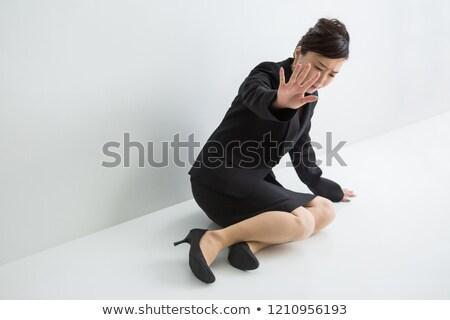 genç · işkadını · bakıyor · kamera · oturma - stok fotoğraf © deandrobot