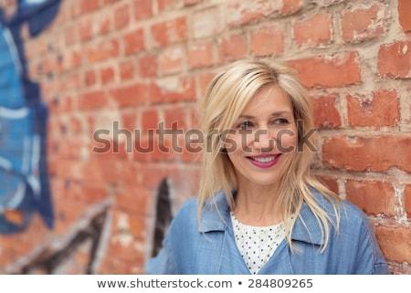 Foto stock: Senior · mulher · em · pé · parede