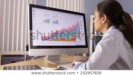 Işkadını bakıyor bilgisayar ekranı büro beyaz Stok fotoğraf © AndreyPopov