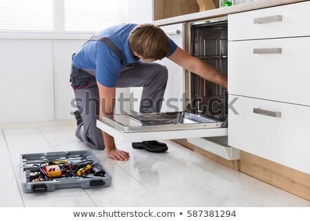 Tamir bulaşık makinesi mutfak gülümseyen kadın arkasında teknisyen Stok fotoğraf © AndreyPopov
