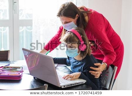 母親 娘 ノートパソコン 宿題 教育 家族 ストックフォト © dolgachov