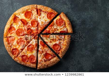 szeletel · egész · pepperoni · pizza · piros · asztalterítő - stock fotó © cookelma
