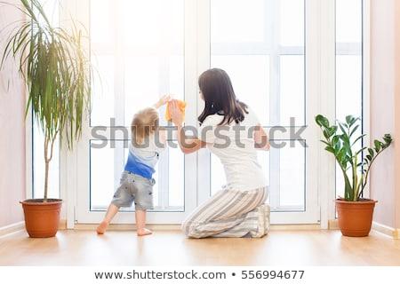 Háziasszony mosás ablakok ház áll belső udvar Stock fotó © ozgur