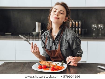 joven · cocina · mirando · torta · contra · nina - foto stock © deandrobot