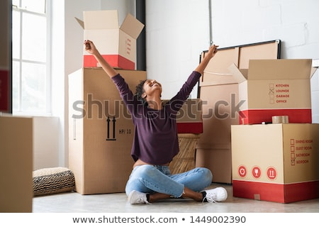 jeune · femme · sur · boîte · femme · heureux · maison - photo stock © dashapetrenko