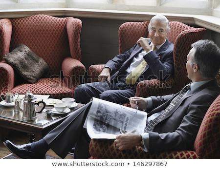 Om de afaceri costum lectură ziar confortabil scaun Imagine de stoc © pikepicture